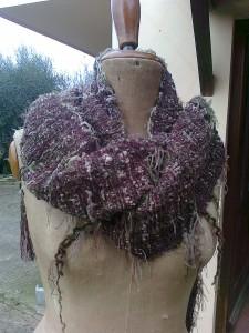 sciarpa realizzata con filato pelliccioso di ambra